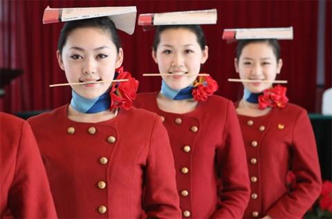 Các học viên tiếp viên hàng không tại một trung tâm huấn luyện tại thành phố Cáp Nhĩ Tân, tỉnh Hắc Long Giang, đông bắc Trung Quốc, đang tập cười