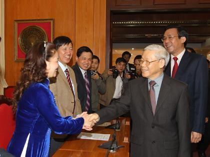 Tổng Bí thư Nguyễn Phú Trọng với cán bộ lãnh đạo Tỉnh ủy Vĩnh Phúc. ( Ảnh: Trí Dũng (TTXVN) )