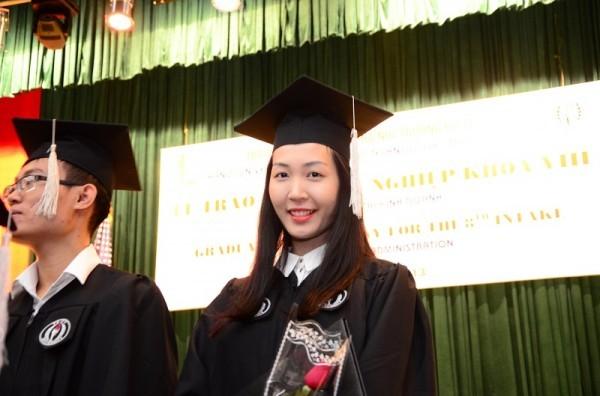 Á hậu Hoa hậu Việt Nam 2010 Đặng Thùy Trang rạng rỡ ngày tốt nghiệp - ảnh 12