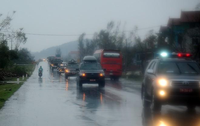 Dòng xe nối đuôi nhau trên đường             Bài viết: http://news.zing.vn/Doan-xe-tang-le-tai-Quang-Binh-dien-tap-trong-mua-post359630.html#home_featured.tinnong             Nguồn Zing News