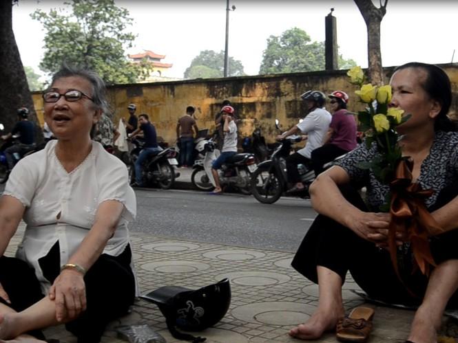 Bác Phạm Thị Bằng             (trái) đi xe ôm đến từ 1h chiều đã ngồi trên vỉa hè chờ vào tưởng niệm Đại tướng