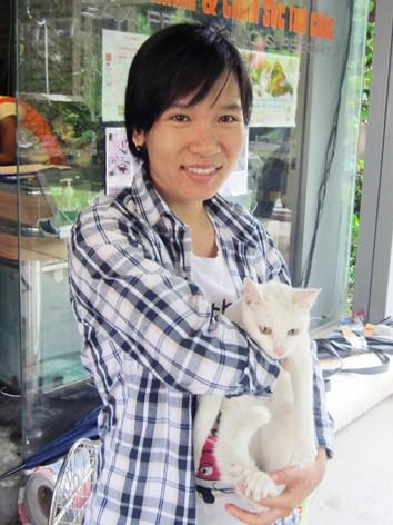 Bạn Thu Hà nhận chú mèo vừa được cứu và kiểm tra sức khỏe tại phòng khám thú y