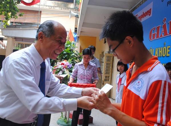 Ông Nguyễn Minh Hải, Giám đốc Điều hành Văn phòng Hà Nội, Tổng Cty Bảo hiểm Nhân thọ Prudential Việt Nam tặng thưởng cho người chiến thắng
