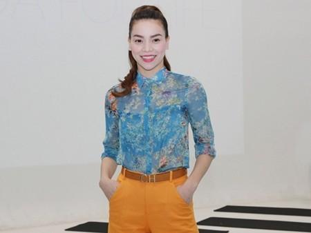 Cô đã khéo léo chọn chiếc quần vải màu cam vừa nổi bật mà lại thời thượng