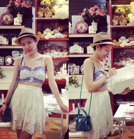 Ca sĩ Phương Linh dường như ngày càng bắt kịp xu hướng thời trang trẻ trung và cá tính với tóc mái tóc ngắn, áo croptop và chân váy ren nữ tính cùng túi xách Furla quen thuộc