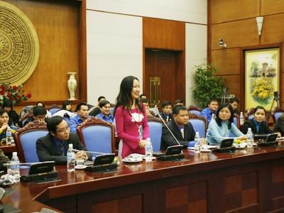 Đại diện trí thức trẻ khối cơ quan T.Ư đặt câu hỏi với Phó thủ tướng Ảnh: X.Phú