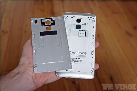 SIM và thẻ nhớ Micro SD được lắp dưới ốp nhôm phía sau