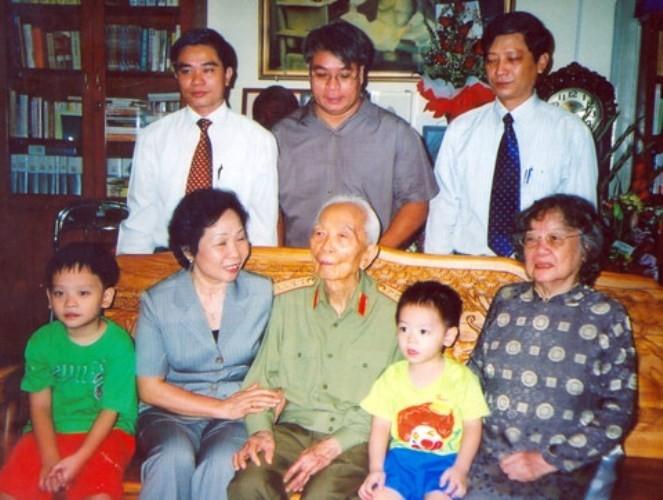 Giây phút hạnh phúc của tướng Võ Nguyên Giáp bên gia đình - ảnh 6