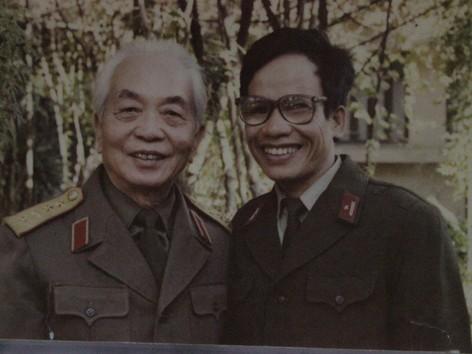 Họa sĩ Lê Duy Ứng chụp cùng Đại tướng