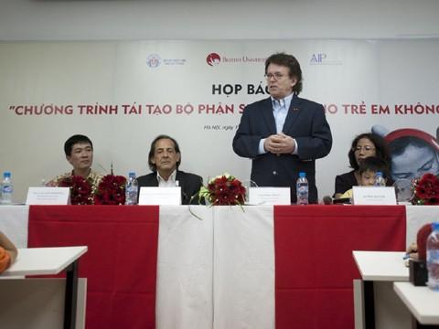 Ông Greig Craft, nhà từ thiện người Mỹ, Chủ tịch Quỹ phòng chống thương vong Châu Á, người nhận là cha đỡ đầu của Thiện Nhân