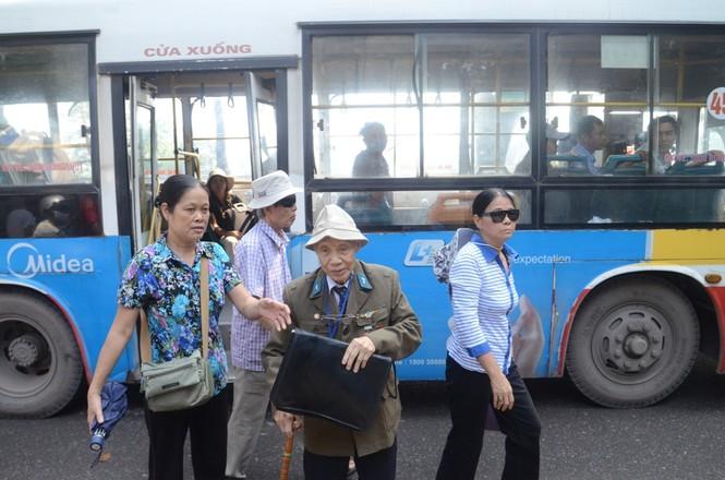 Cụ Đặng Hồng Long (87 tuổi) là lão thành cách mạng, bắt xe buýt từ Gia Lâm (Hà Nội) đến viếng Đại tướng