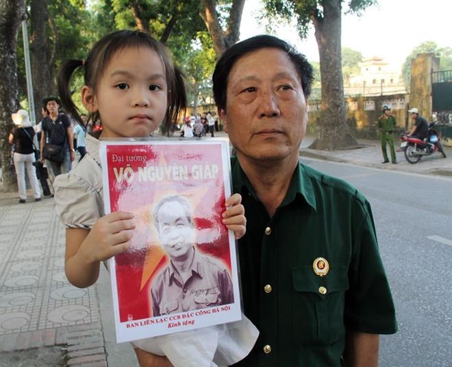 Nhật Linh và ông ngoại.             Bài viết: http://news.zing.vn/Than-dong-4-tuoi-xep-hang-vao-vieng-Dai-tuong-post358805.html#home_cate.tinmoi             Nguồn Zing News