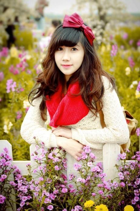 Chia sẻ về nghề nghiệp lựa chọn trong tương lai, Hương Kyn cho biết mình sinh ra trong gia đình có bố mẹ là nhân viên công chức bình thường và cuộc sống khá êm đềm             Bài viết: http://news.zing.vn/Co-giao-tuong-lai-xinh-dep-nhu-hot-girl-post359347.html#home_cate.tinchinh             Nguồn Zing News