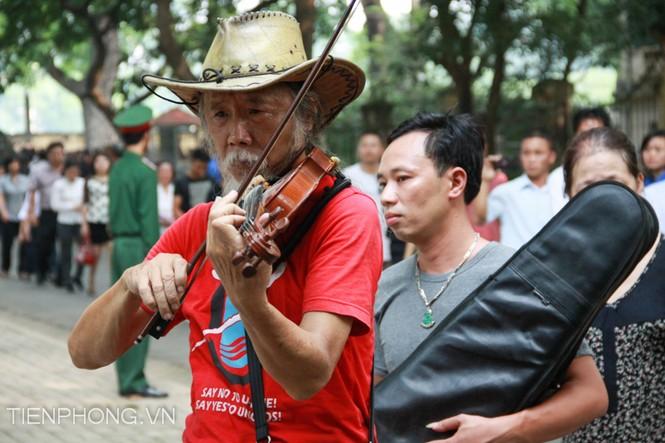 Vừa vào tưởng niệm Đại tướng Võ Nguyên Giáp, nghệ sĩ Tạ Trí Hải vừa kéo bản