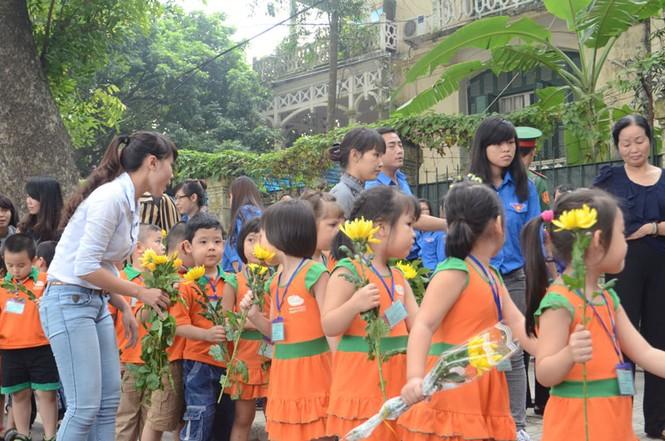 Nhiều em học sinh nhỏ cũng được nhà trường đưa đến viếng