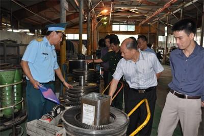 Lãnh đạo nhà máy đang giới thiệu với khách hàng về năng lực sửa chữa động cơ turbin khí động học