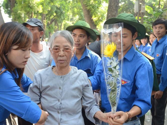 Những cụ già được thanh niên tình nguyện giúp đỡ đưa vào viếng Đại tướng