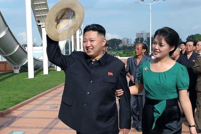 Nhà lãnh đạo trẻ CHDCND Triều Tiên Kim Jong Un cùng vợ đi thăm công viên giải trí ở thủ đô Bình Nhưỡng hồi tháng 7. Trong năm 2012, ông Kim Jong Un cũng là một trong những nhân vật được chú ý nhất thế giới bởi ông đã có nhiều chính sách cải cách trên nhiều lĩnh vực. Cũng trong năm qua,CHDCND đã phóng tên lửa hai lần bất chấp sự phản đối của cộng đồng quốc tế