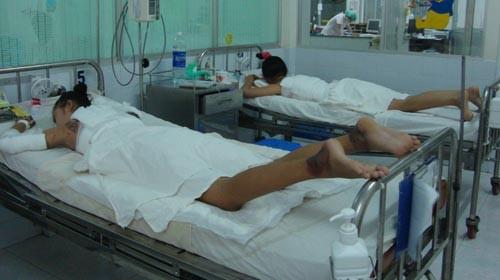 Thủy Tiên (trái) tại khoa phỏng - chỉnh hình (Bệnh viện Nhi Đồng 1) với bắp tay và lưng bị cháy đen