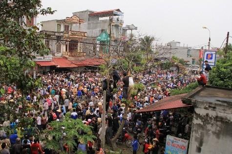 Hàng nghìn người dân bức xúc trước cái chết của sản phụ Nguyễn Thị Xuân