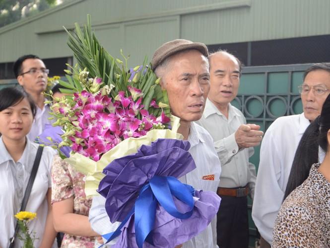 Người già cũng phải xếp hàng vào viếng Đại tướng