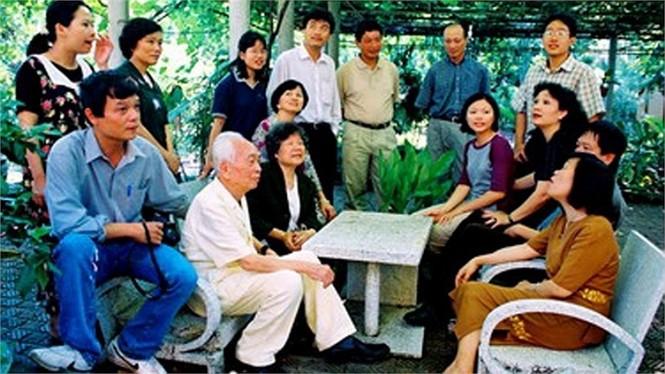 Con cháu quây quần quanh Đại tướng và phu nhân tại sân sau ngôi nhà của mình năm 1993