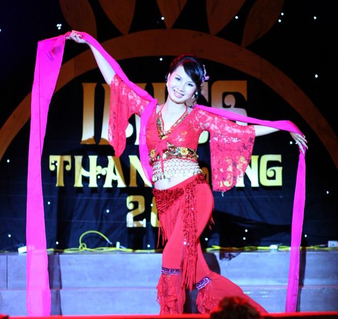 Thu Trang (ĐH Đại Nam) múa lụa đào