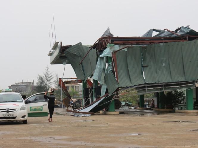 Lốc xoáy sau bão phá nát nhiều nhà dân - ảnh 6