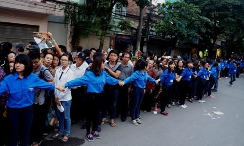Lực lượng thanh niên tình nguyện hoạt động rất vất vả để giúp người dân xếp hàng