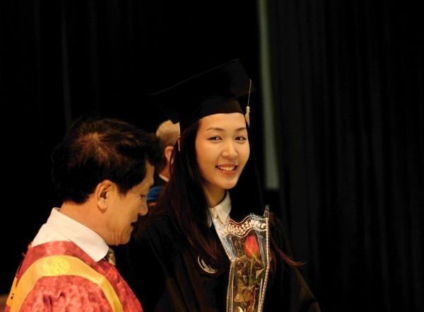 Á hậu Hoa hậu Việt Nam 2010 Đặng Thùy Trang rạng rỡ ngày tốt nghiệp - ảnh 4