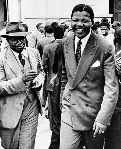 Tháng 10/1058: Lãnh đạo ANC Nelson Mandela rời khỏi một tòa án ở Pretoria sau khi kết thúc phiên tòa tố tụng về tội phản quốc. (Nguồn: AP)
