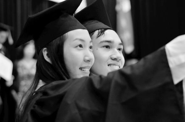 Á hậu Hoa hậu Việt Nam 2010 Đặng Thùy Trang rạng rỡ ngày tốt nghiệp - ảnh 11