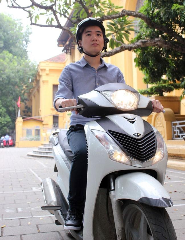 Chiếc xe máy đã gắn bó với Vinh từ năm 2010 và cậu chưa có ý định thay thế nó khi chưa có đủ tiền do mình kiếm được
