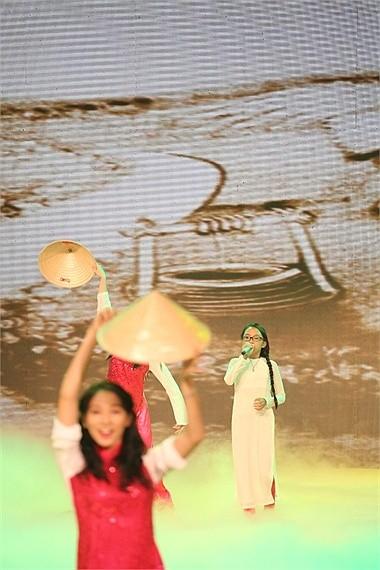 Từ khi trở thành gà độc quyền của Quang Lê, Phương Mỹ Chi vẫn chăm chỉ chạy show đều đặn