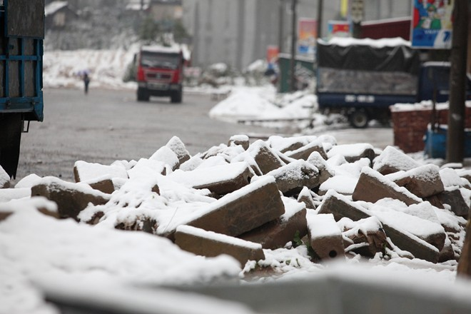 Tuyến phố mới mở được phủ tuyết trắng             Bài viết: http://news.zing.vn/Khach-du-lich-do-xo-len-Sa-Pa-trong-tuyet-trang-post377656.html#home_featured.noibat             Nguồn Zing News