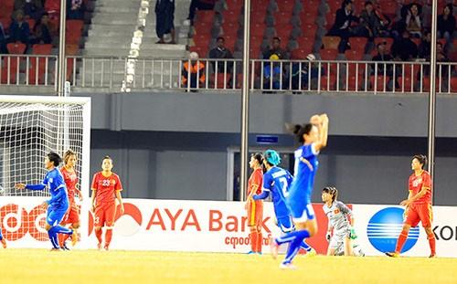 Nhưng niềm vui đó không kéo dài. Chỉ ít phút sau, Thái Lan tận dụng sự sơ hở của hàng thủ để ghi bàn gỡ hòa1-1. Đầu hiệp hai, Thái Lan ghi thêm bàn thắng nâng tỷ số lên 2-1