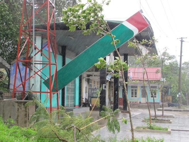 Cây xăng ven Quốc lộ 1A qua huyện Phú Lộc bị bão tàn phá