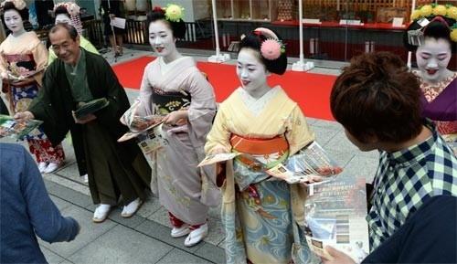 Ngắm các nữ sinh geisha Nhật xuống phố - ảnh 1