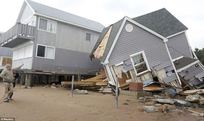 Nhiều ngôi nhà lớn bị sụp đổ do bão