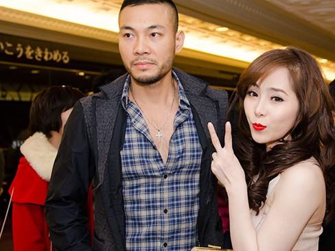 Nữ ca sĩ e ấp và quấn quýt bạn trai không rời trong suốt buổi tiệc