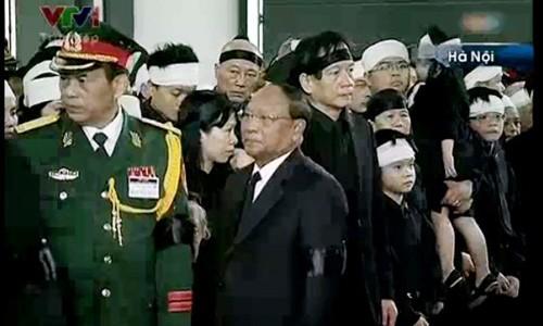 Sáng nay, tại Nhà tang lễ quốc gia, lễ truy điệu Đại tướng Võ Nguyên Giáp diễn ra trong nước mắt của hàng triệu người. Tất cả gia quyến của Đại tướng đều có mặt trong giây phút tiễn biệt này             Bài viết: http://news.zing.vn/Chau-noi-Dai-tuong-lang-nguoi-truoc-linh-cuu-ong-post359956.html#home_featured.noibat             Nguồn Zing News