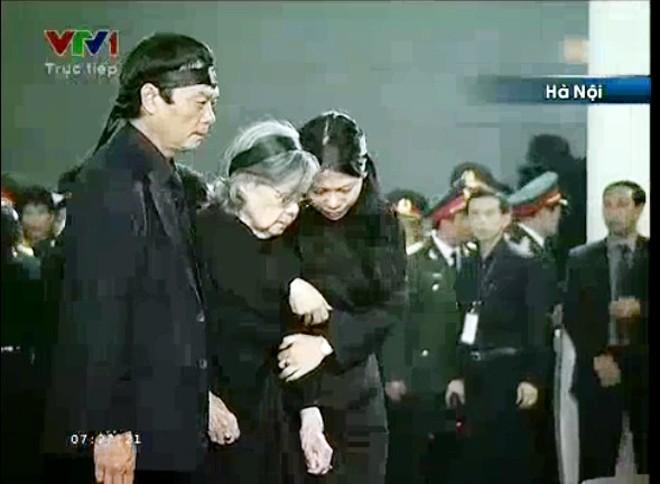 7h20, gia quyến của Đại tướng Võ Nguyên Giáp đi quanh linh cữu lần cuối. Bà Đặng Bích Hà và hai người con bước đi trong nước mắt             Bài viết: http://news.zing.vn/Chau-noi-Dai-tuong-lang-nguoi-truoc-linh-cuu-ong-post359956.html#home_featured.noibat             Nguồn Zing News