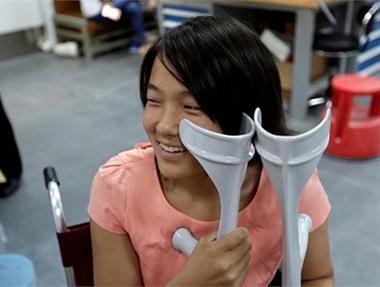 Nhìn thoáng qua, Qian Hongyan, 18 tuổi, sống tại tỉnh Vân Nam - Trung Quốc, trông như những cô gái bình thường khác. Nhưng câu chuyện của em là một ví dụ điển hình cho nghị lực sống phi thường