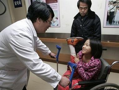Bức ảnh chụp năm 2007 mô tả cảnh cô bé Hongyan nhận được một đôi chân giả lớn hơn để phù hợp với sự phát triển cơ thể của em
