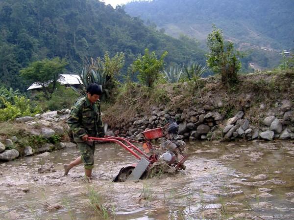 Máy cày chạy bằng động cơ xe máy, sử dụng được ở địa hình dốc của nông dân Nguyễn Anh Tuấn (Mường La, Sơn La). Ảnh: T. Phú