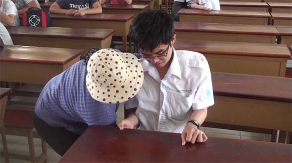 """Sinh viên Nguyễn Chung Tú đến trường nhờ """"đôi chân"""" của mẹ"""