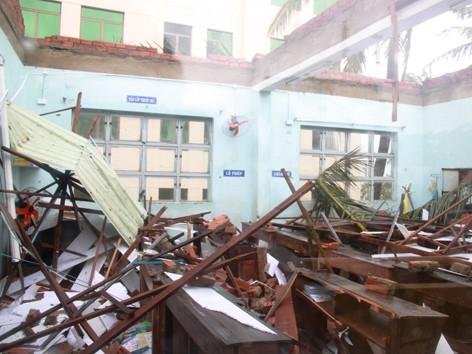Trường tiểu học Hoàng Văn Thụ - Đà Nẵng tốc mái. Ảnh: Nguyễn Huy