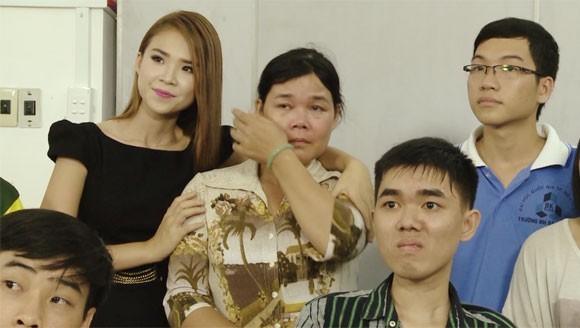 Cô Do bật khóc khi nghe lời nhắn nhủ động viên từ cô Vương Thị Mỹ Trinh
