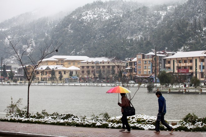 Sa Pa thời điểm này đẹp như mùa đông ở châu Âu             Bài viết: http://news.zing.vn/Khach-du-lich-do-xo-len-Sa-Pa-trong-tuyet-trang-post377656.html#home_featured.noibat             Nguồn Zing News