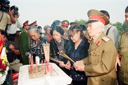 Đại tướng Võ Nguyên Giáp thắp hương, tưởng nhớ sự hy sinh vì Tổ quốc của các anh hùng liệt sĩ